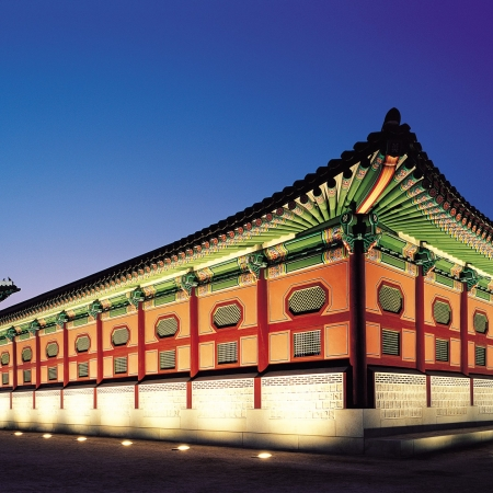 Stroll in Gyeongbok Palace, the most representative edifices of the Joseon Dynasty in Seoul.